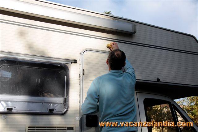 Plafoniera Led Esterno Camper : Riparazione crepa parete camper e montaggio luce esterna porta