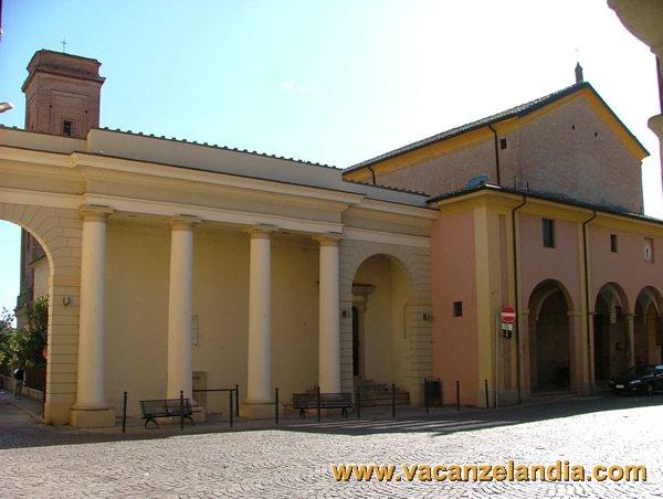 Itinerari e mete cento visita del centro storico for Portico laterale in stile casa in stile charleston