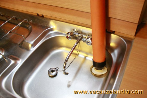Come fare per svuotare i serbatoi d 39 acqua del camper nel periodo invernale tabella immagine - Scarico lavello cucina ...